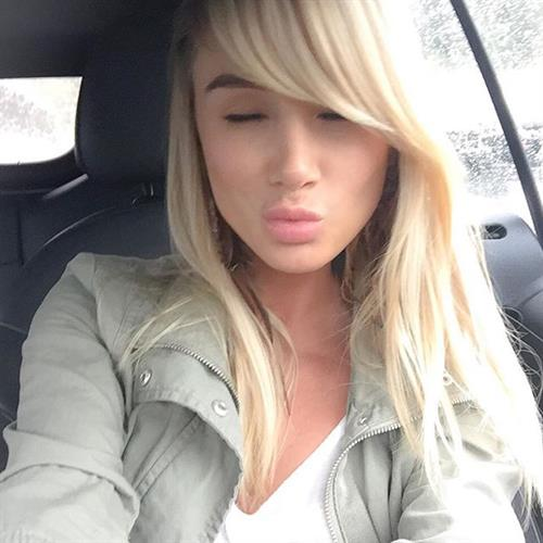 Sara Jean Underwood taking a selfie