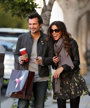 Kate Beckinsale and Len Wiseman share a moment after a manicure and holiday shopping. December 27th, 2012
