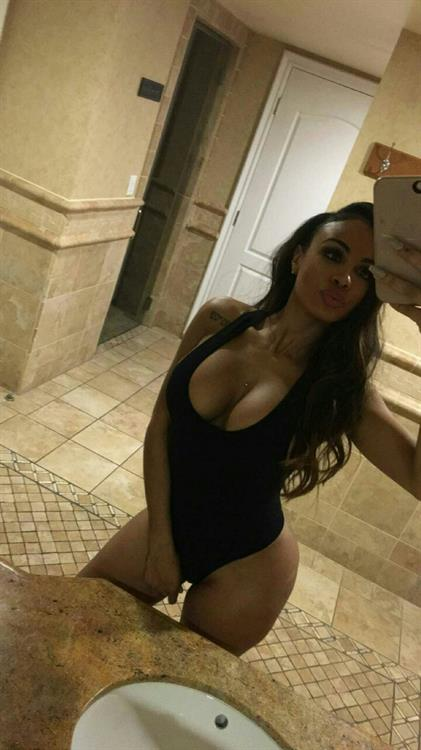 Analicia Chaves in a bikini taking a selfie