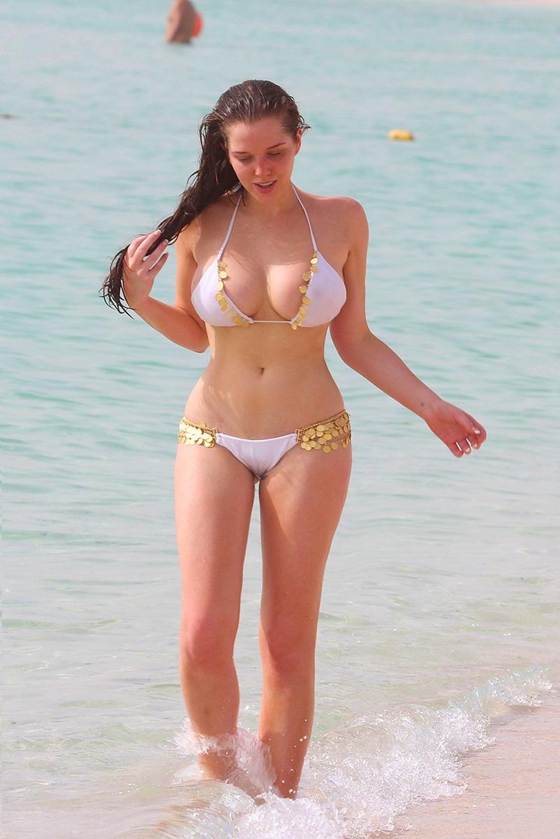Фото на пляже женщины в бикини