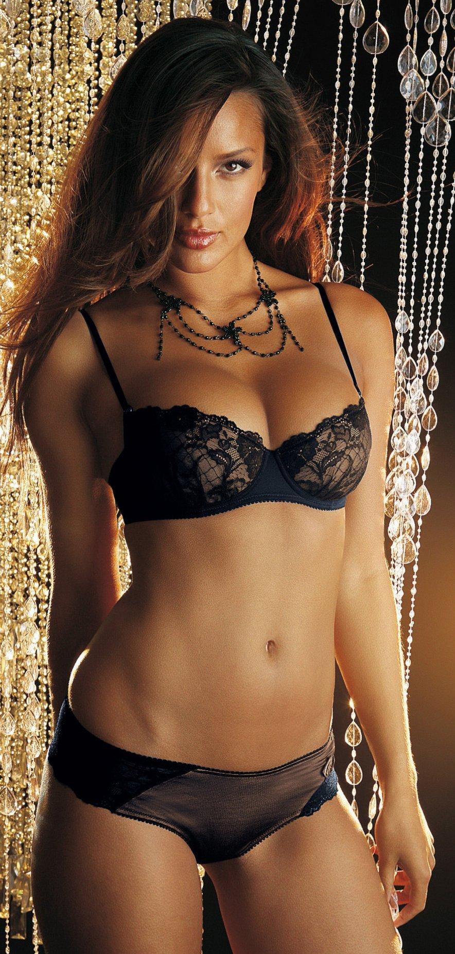 Chelina Manuhutu in lingerie