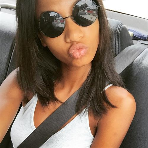 Ariela Oliveira taking a selfie