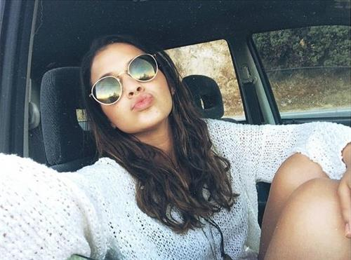 Bruna Marquezine taking a selfie