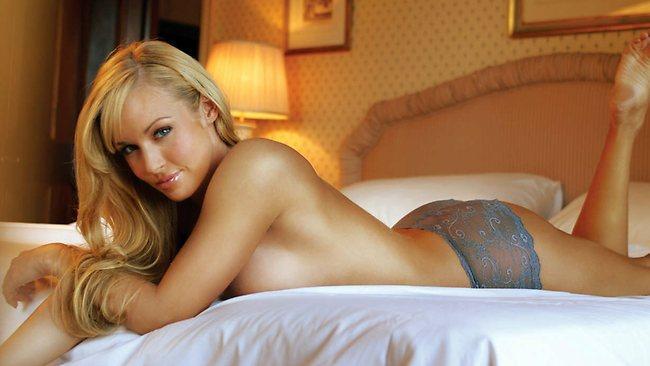 Nikki Visser in lingerie