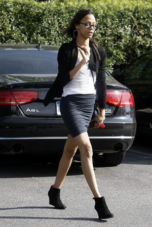 Zoe Saldana picks ups groceries at Bristol Farm in Los Angeles, CA - January 20, 2012