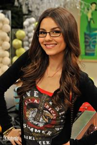 Victoria Justice Victorious Season 3 Episode 1 'A Christmas Tori' stills
