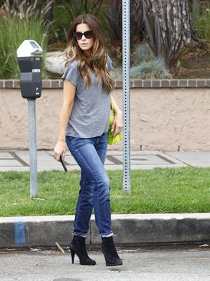 Kate Beckinsale - Enjoys a stroll in Los angeles (07.06.2013)