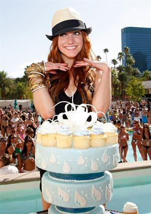 Ashlee Simpson celebrates 25th birthday with her sister Jessica at the MGM Grand