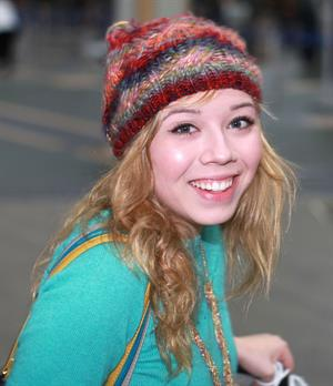 Jennette McCurdy  catching flight back to LA in Vancouver 11/3/12