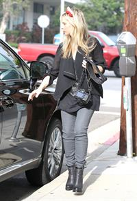 Sarah Michelle Gellar drops off her daughter at school in Santa Barbara  on Halloween 2012