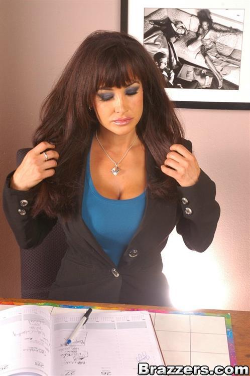 Парнишка хочет спустить тепленькую сперму на большие сиськи Lisa Ann