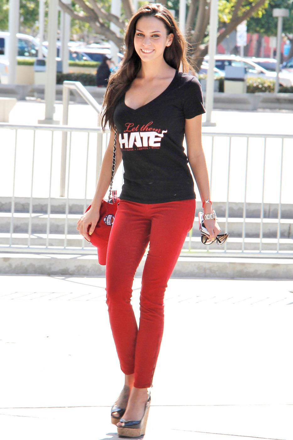 Красивые девушки в красных брюках фото