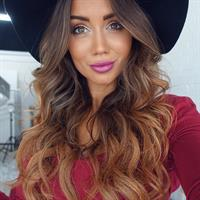 Pia Muehlenbeck taking a selfie