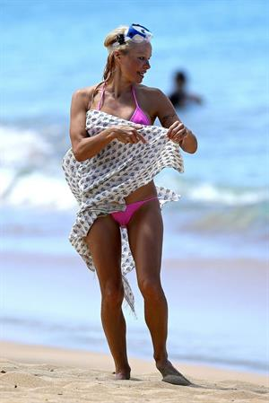Pamela Anderson and e-husband Rick Salomon continue their Hawaiian vacation - August 15, 2013