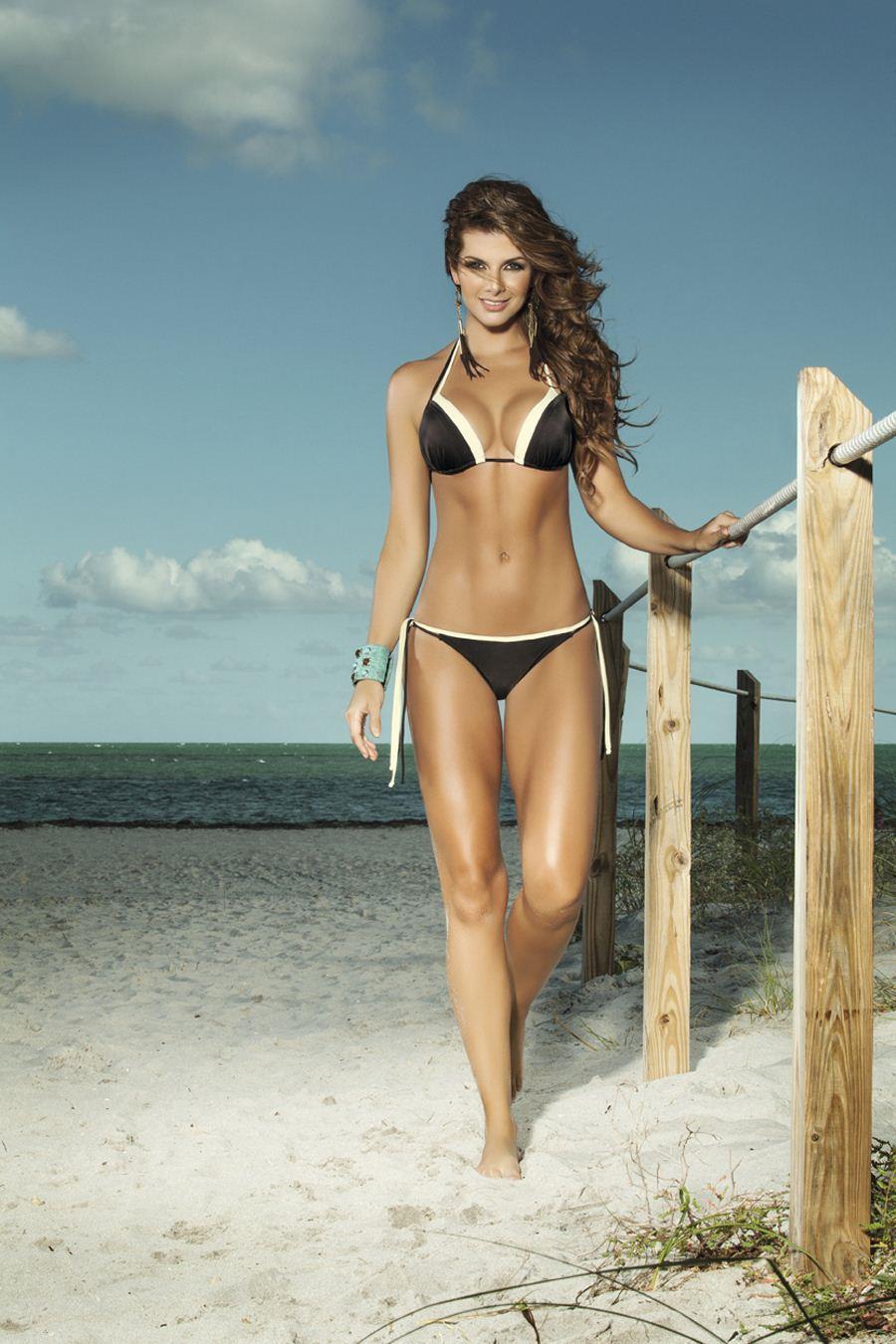 Carolina Cruz in a bikini