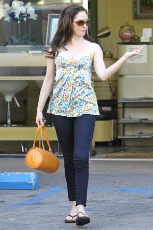 Rose McGowan - Leaving a Nail Salon in LA 27.07.12