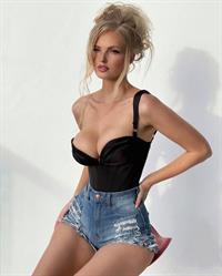 Zienna Eve tits